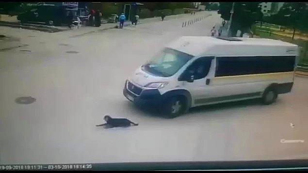 10. Hayvanlara işkencenin asla bitmediği canım ülkemiz! Servis minibüsünün şoförü yolda yatan köpeği ezdi ve yoluna devam etti.