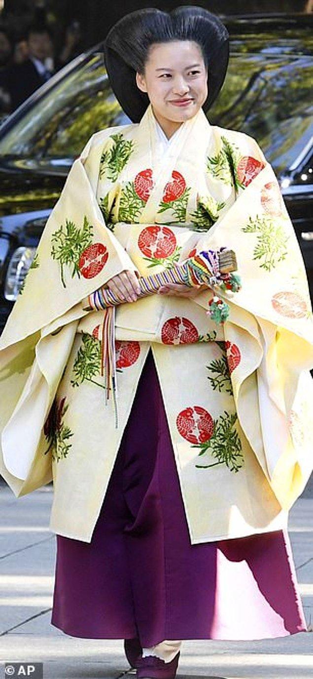 1. Japonya: Takamado Prensesi Ayako Japon iş adamı Kei Moriya ile Pazartesi günü Meiji Mabed'inde gerçekleşen düğünlerinde koyu mor hakama pantolonları ile geleneksel bir solgun sarı, çiçek işlemeli kimono giydi.