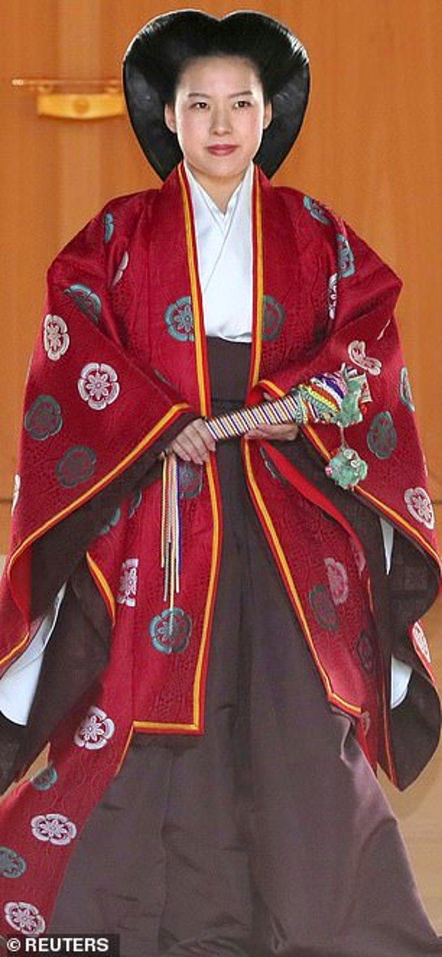Daha sonra ise Şinto stili kırmızı bir kaftan ve naga-bakama adı verilen kahverengi etek giydi. Japon kültüründe kırmızı rengi iyi şans anlamına geliyor.