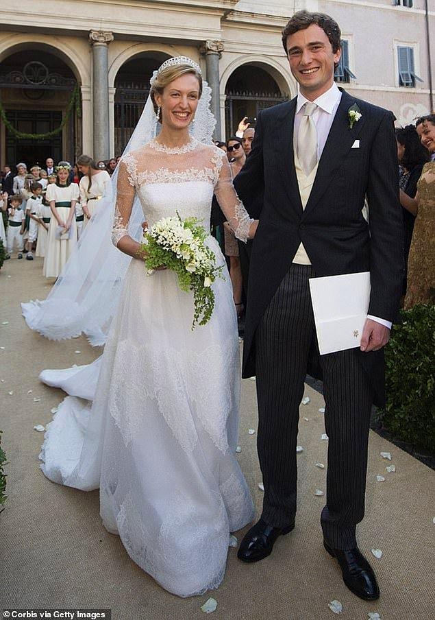 """7. Belçika: Prenses Elisabetta, Roma'daki düğünlerinde Belçika Prensi Amedeo'ya """"Evet"""" derken fildişi rengi Valentino marka karmaşık dantel detaylı yerleri süpüren bir gelinlik giydi."""