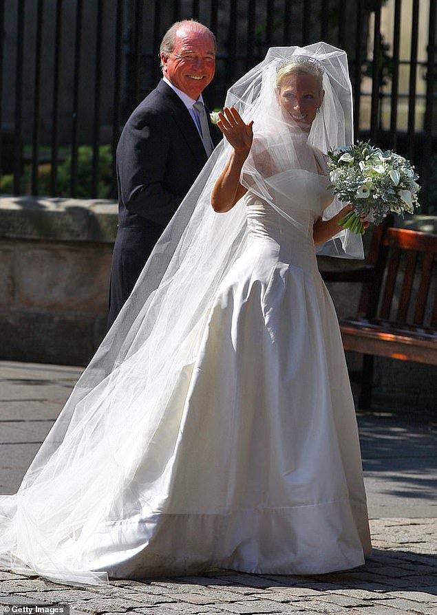 12. Birleşik Krallık: Kraliçe II. Elizabeth'in torunu Zara Phillips, 2011 yılında İngiliz ragbi oyuncusu Mike Tindall ile evlenirken düşes sateni zikzaklı, korseli kraliyet özel tasarımcısı Stewart Parvin imzalı bir elbise tercih etti.