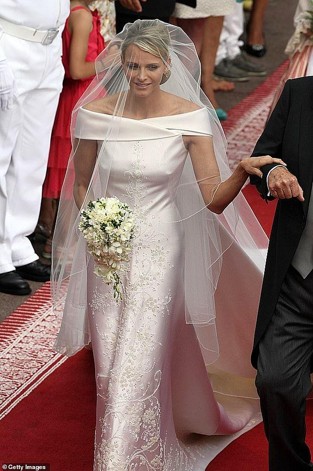 13. Monako: Monako Prensi II. Albert 2011'de Giorgio Armani marka asimetrik, düşük omuzlu ve kristallerden yapılmış karışık çiçek deseni dizaynlı ipek gelinlik içindeki Prenses Charlene ile evlendi.