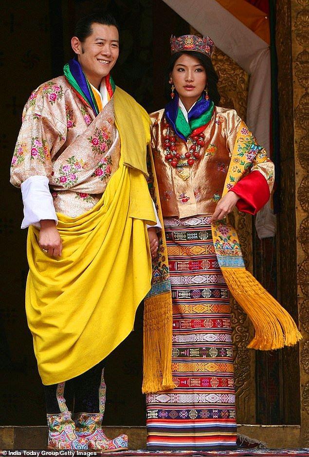 14. Butan: Kral Jigme Khesar Namgyel Wangchuck ve Kraliçe Jetsun Pema'nın 2011'deki düğünlerinde geleneksel Butan kıyafetleri vardı. Gelin ayrıntılarla donatılmış bir kira (Butanlı kadınların ulusal elbisesi) giydi.
