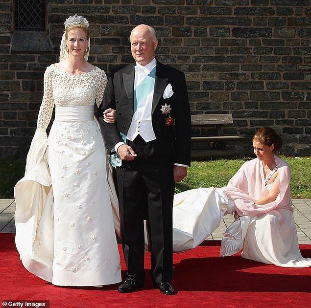15. Almanya: Sayn-Wittgenstein-Berleburg Prensi Richard ve Danimarka Prensesi Benedikte'in en küçük kızı Sayn-Wittgenstein-Berleburg Prensesi Nathalie, Danimarkalı tasarımcı Henrik Hviid imzalı gelinlik giyerek Alman at üreticisi Alexander Johannsmann ile 2011 yılında dini bir tören ile evlendi.