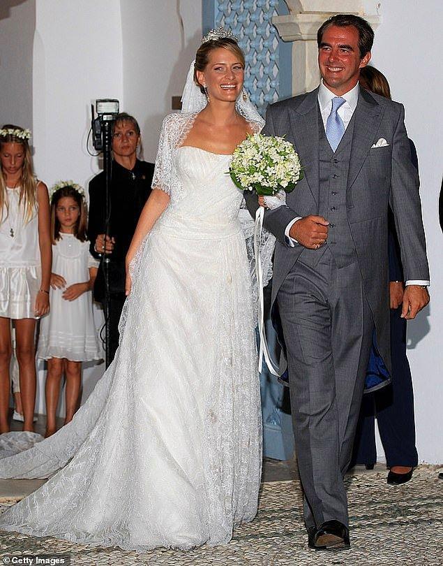 16. Yunanistan: Prenses Tatiana 2010 yılında Yunanistan Prensi Nikolaos ile evlenirken New-York temelli Venezuelalı tasarımcı Ángel Sánchez'in imzasını taşıyan Fransız Chantilly dantelli straplez bir gelinlik giydi. Kayın validesi Kraliçe Anne-Marie, düğün için tacını ödünç verdi.