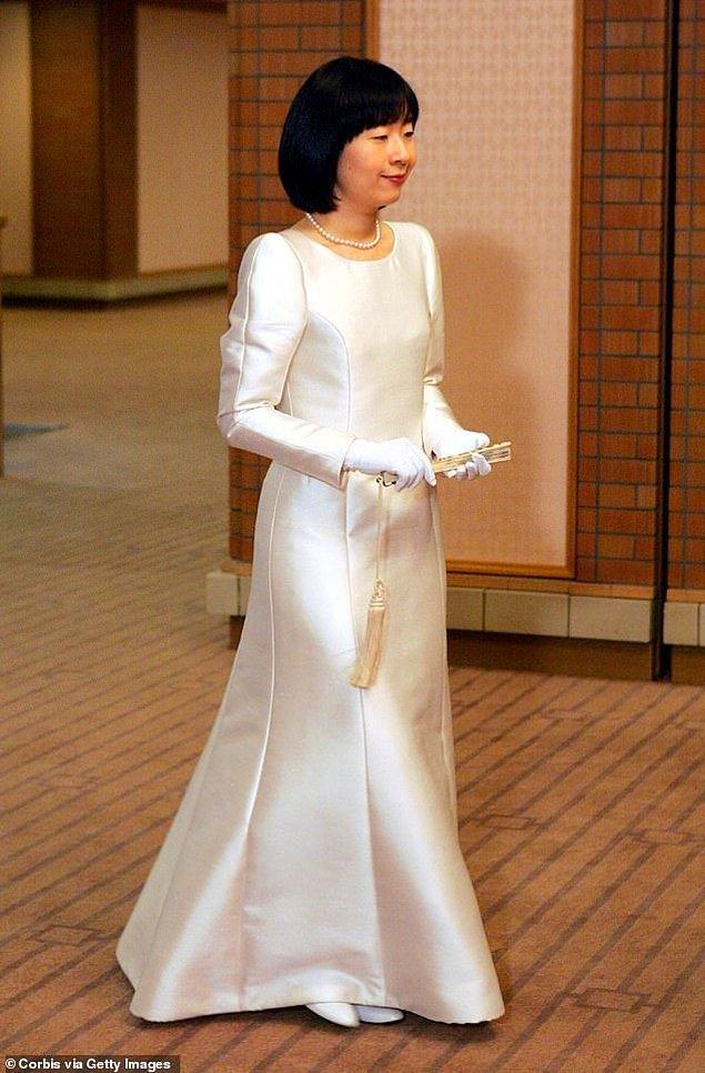 17. Japonya: Eski Japonya Prensesi Sayako Kurado halktan biri olan Yoshiki Kuroda ile evlenip imparatorluk unvanından vazgeçerken uzun kollu sade saten elbisesini beyaz eldivenler ve şık inci kolyesi ile tamamladı.