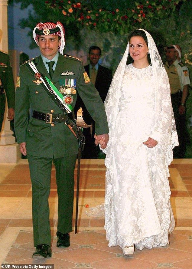 18. Ürdün: Prenses Noor bint Asem bin Nayef zarif uzun kollu dantel bir gelinlik ve gelinliğiyle uyumlu duvağı ile Prens Hamzah bin Hussein ile 2003 yılında evlendi.