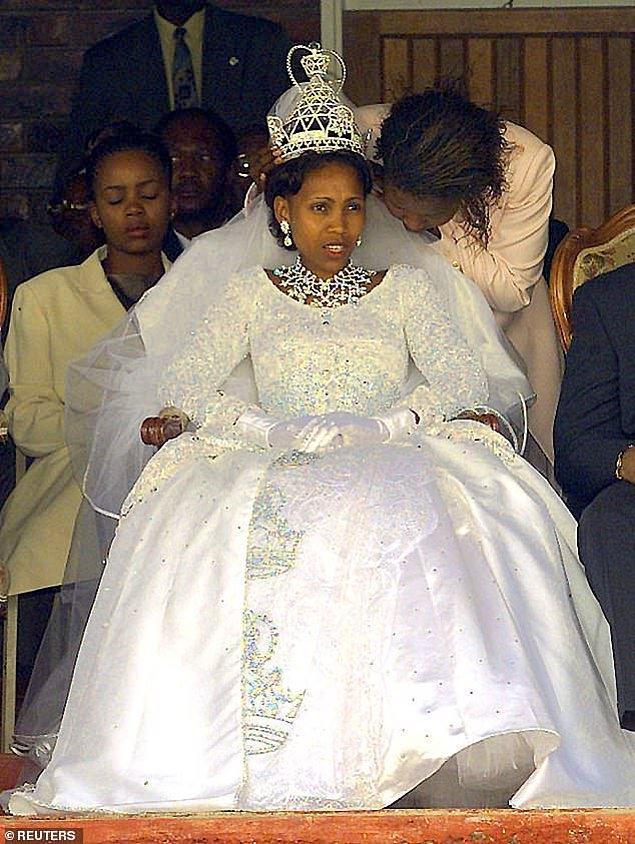 20. Lesoto:Kral III. Letsie ile 2000 yılında evlenen Karabo Motsoeneng (Şimdilerde Kraliçe 'Masenate Mohato Seeiso) takılarla süslü bir saten gelinlik giydi.