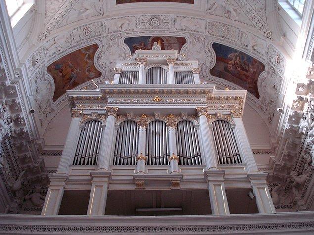 Beyaz ve altın renklerinin hakim olduğu bu muhteşem kilise, hayal dünyasından fırlamış gibi görünüyor. Şu haliyle bir kuğuya benzemiyor mu sizce de?