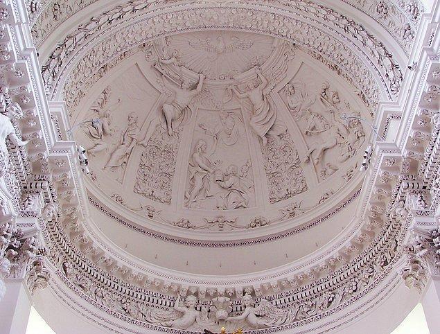 Ancak çıkan bir yangın sebebiyle kilise tahrip olmuş ve 1668 yılında şu anki halini alacak şekilde inşasına başlanmış.