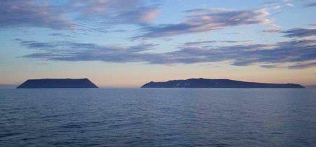 2. Diomede Adaları 3.8624256 kilometre uzaklıkla uluslararası sınırlardadırlar ve aralarında 21 saat fark vardır.