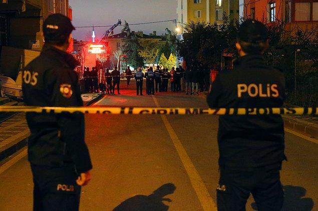 Çevreye doğalgaz kokusu yayılması üzerine vatandaşlar sokağa döküldü.