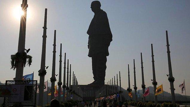 Kevadiya köyünde inşa edilen ve 430 milyon dolara (2.3 milyar TL) mal olan 182 metre uzunluğundaki, Ram V. Sutar tarafıdan yapılan bronz heykel halk tarafından para israfı olarak görülüyor.