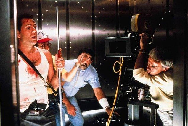8. 'Zor Ölüm (Die Hard)' setinden Bruce Willis 👇
