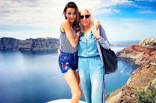 12. Özge Ulusoy'un annesi Armağan hanım en az kızı kadar dikkat çekici.