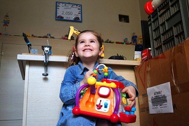 Anne oğul, maddi gelir elde etmeden yürüttükleri projeyle, dernek ve şahıslardan gelen oyuncak taleplerine yeniledikleri oyuncaklarla cevap vermeye çalışıyor.