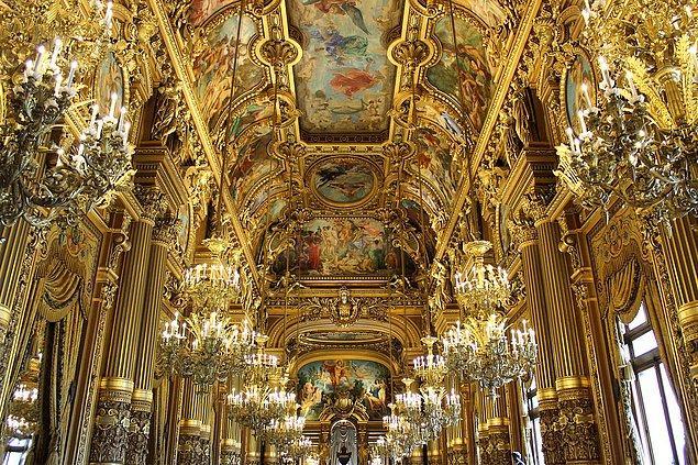 Charles Garnier imzası taşıyan bu mimari harikası, İmparator III. Napolyon için tasarlanmış.