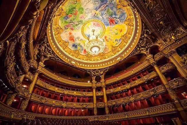 Paris'in en çok ziyaret edilen ve şehrin simgesi haline gelmiş yapılardan biri olan Palais Garnier'e yolunuz düşerse büyüleyiciliği hakkında az bile söylediğimizi anlayacaksınız…