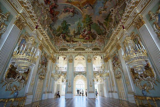 Bir Versay Sarayı kadar görkemli olmasa da insana huzur veren bir eşsizliği var Nymphenburg Sarayı'nın.
