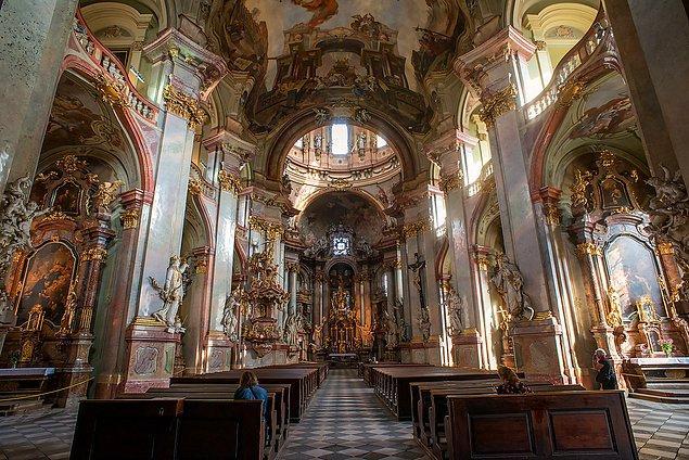 Lesser Town'da yer alan kilise duvar resimleri, heykelleri ve eşsiz mimarisiyle şehrin en çok ziyaret edilen duraklarından biri...