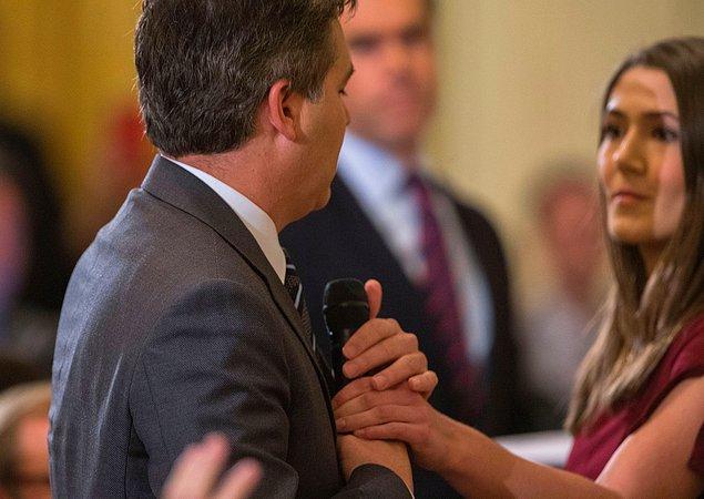 Bunun üzerine bir kadın Beyaz Saray görevlisi, Acosta'nın elinden mikrofonu almaya çalıştı.