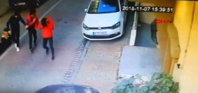DHA'nın aktardığı bilgiye göre lise öğrencisi Mert Can Karagöz, üç kişiyle sokakta yürüdüğü sırada arkasından gelen okul arkadaşı M.K.'nın saldırısına uğradı.