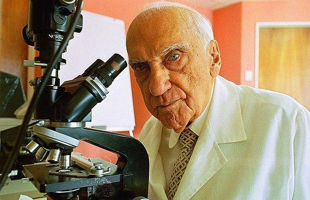 8. Jacinto Convit, cüzzam hastalığı için aşı üretti. 100 yaşında olmasına rağmen, hala kanser için bir tedavi yöntemi arıyor.
