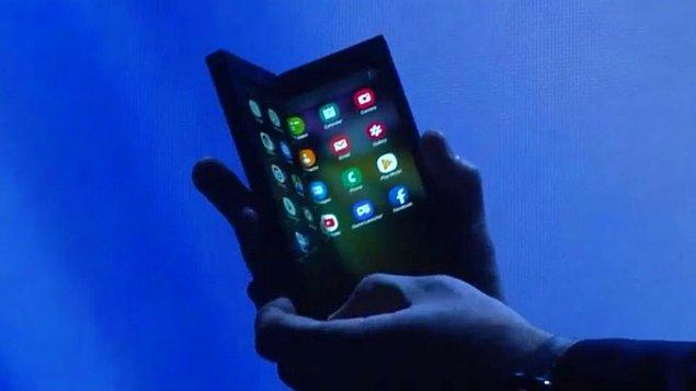Samsung Infinity Flex Display isimli teknolojisine sahip telefon-tabletini yaptığı etkinlikte tanıttı.