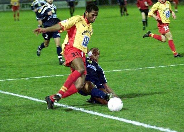 Daha sonra yarı profesyonel olan Levallois takımında forma giyen Drogba, 1997 yılında okulu bitirmesinin hemen ardından dönemin Fransa 2.lig takımlarından Le Mans'a imza atarak 21 yaşında profesyonel oldu.