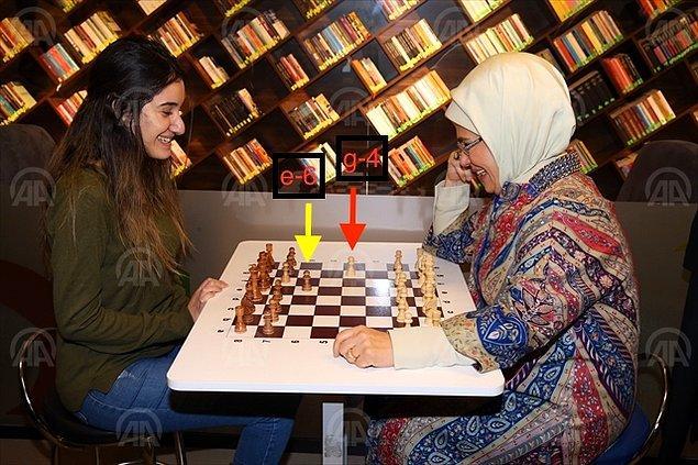 Ancak fotoğrafın, Emine Erdoğan'ın satranç oynarken yanlış hamle yaptığını gösterdiği iddiası doğru değil.