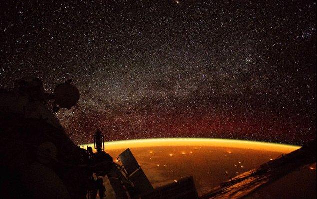 NASA astronotu, Uluslararası Uzay İstasyonu üssünde Dünya'nın etrafına zum yapıyordu ve Dünya'yı saran bu turuncu ışık hüzmesini gördü.
