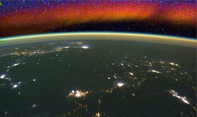 NASA: ''Dünyayı saran bu ışık hüzmesine 'gök aydınlığı' deniyor yani atmosferin 50 ile 400 km altında oluşan bir ışık topluluğundan meydana gelen doğal bir oluşum.''