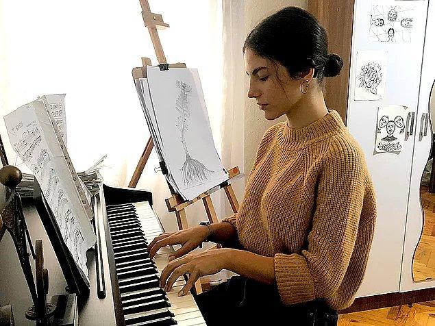 5. İzmirli Ceyda Selvi, işitme engelli doğdu ama buna rağmen biyonik kulağı ile duymaya başladı ve başarılı bir piyanist oldu.
