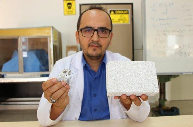12. Ondokuz Mayıs Üniversitesi akademisyeni Dr. Mevlüt Gürbüz tarafından antibakteriyel özelliği bulunan ve biyo uyumluluğu yüksek yerli yapay kemik üretildi.