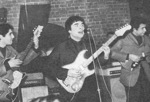 O dönem üniversite öğrencisi olan Fikret Kızılok, okulunu bitirmek için bir süre müziğe ara verdi. Fuat Güner'in ısrarlarıyla da zaman zaman Barış Manço'ya eşlik etmişti.