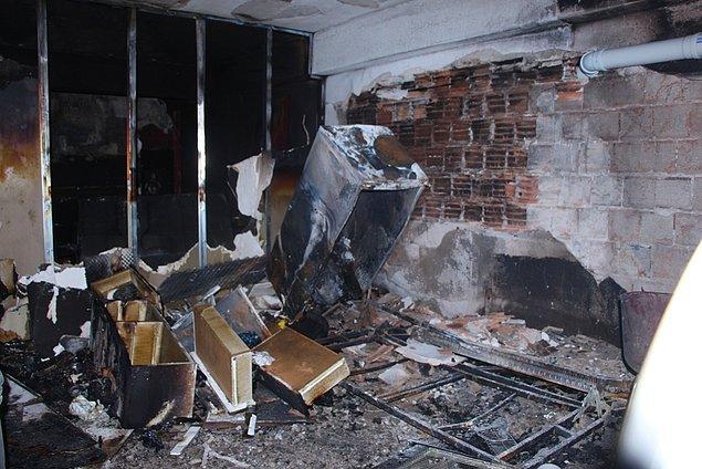Yangının söndürülmesinin ardından içeri giren itfaiye ekipleri 2 kişinin cesedini buldu.