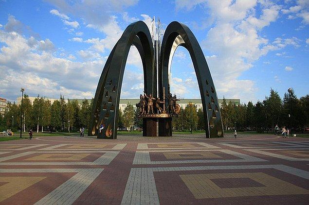 11. Rusya'da, petrolcüler için dikilen bu anıtı görünce canı hamburger çekenler?