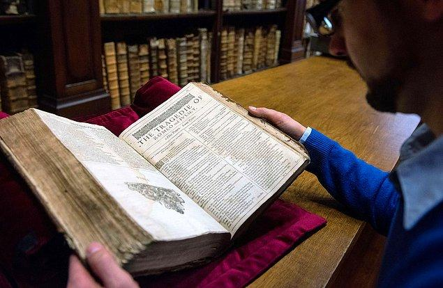 4. Fransa'daki Saint-Omer'de bulunan bir kütüphanede Shakespeare'in Birinci Folyo'sunun nadir kopyası bulunuyor.