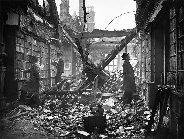 11. İkinci Dünya Savaşı sırasında Londra'da yanan bir kütüphanede insanlar kalıntıları incelerken: