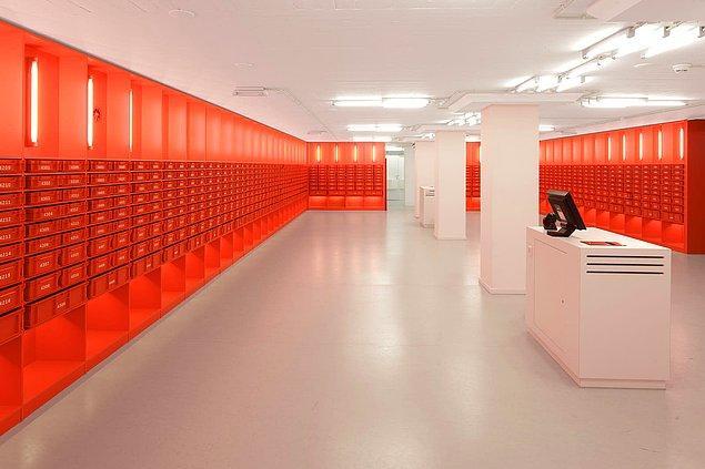 14. Bu gördüğünüz hem oldukça kullanışlı hem de minimalist olan kütüphane ise University of Amsterdam'da bulunuyor.