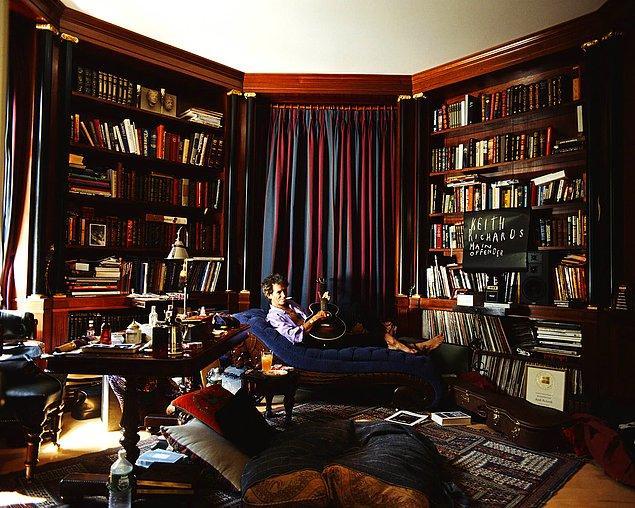 16. Kendine özel bir kütüphaneye sahip olan isimlerden biri de Rock 'n' roll efsanesi olan Keith Richards.
