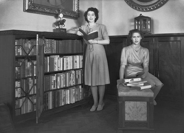 19. Prenses Elizabeth ve kız kardeşi Prenses Margaret 1964'da Buckingham Sarayı'ndaki kütüphanede...
