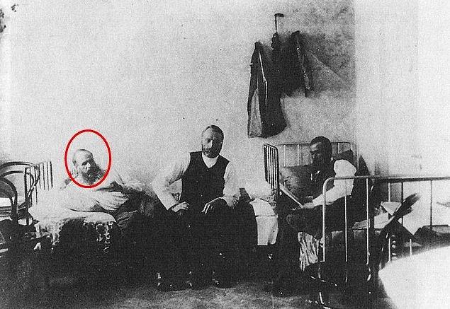 5. 16 Kasım 1849'da Rusya'da bir mahkeme Dostoyevski'yi hükümet karşıtı eylemlerinden dolayı ölüm cezasına çarptırdı, bu ceza daha sonra kürek cezasına çevrildi.