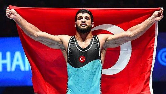 13. Macaristan'da düzenlenen Dünya Güreş Şampiyonası'nda ülkemizi temsil eden milli güreşçimiz Metehan Başar, finalde Ukraynalı rakibini mağlup ederek altın madalya kazandı.