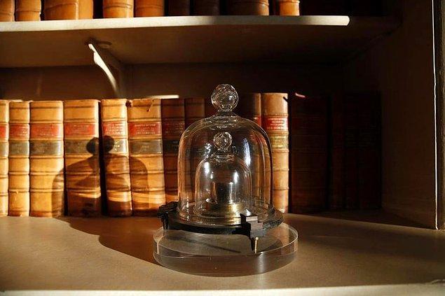 Fanuslar içerisinde saklanan bu gerçek kilogram, 40 yılda bir kopyalarıyla karşılaştırıldı.