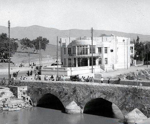 5 Temmuz 1939'da Türkiye Cumhuriyeti'ne katılan Hatay Devleti'nin meclis binası 1927 yılında Fransız Mimar Leon Beonbenjuda tarafından tasarlanmıştı.