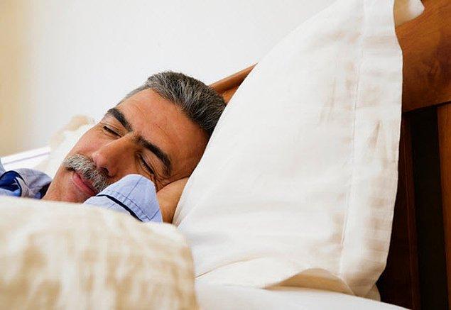 7. Az uyumak bol kalorili yiyecekler tüketmenize sebep olabilir!