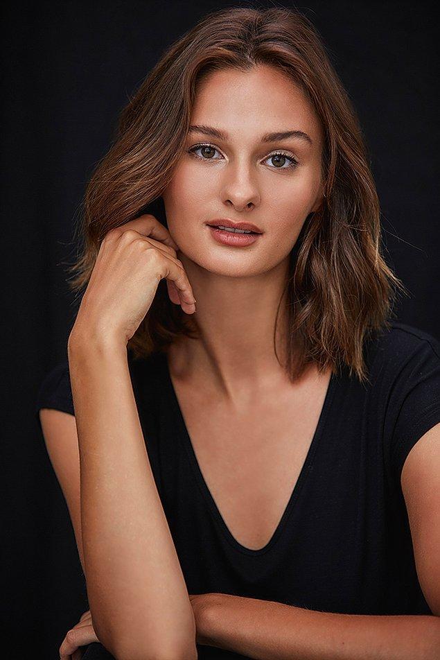 Biraz da kendisini tanıyalım... Manken ve model kimliğinin yanı sıra eğitim hayatını da başarı ile devam ettiren Pınar Tartan, Yaşar Üniversitesi Hukuk Fakültesi'nde okuyor.