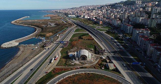 Trabzon'un Ortahisar ilçesinde, Karadeniz Sahil Yolu'nun ortasında inşaatı süren camiye nasıl ulaşım sağlanacağı tartışma konusu oldu.