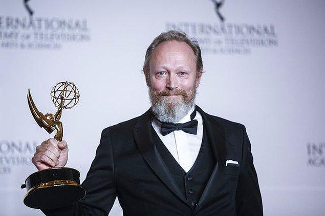 Fakat bu ödülü Danimarkalı oyuncu Lars Mikkelsen aldı.
